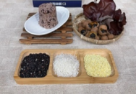 讓喜愛銀髮友善太空包食品系列的朋友久等囉!! 小編今天來介紹五福桂圓紫米糕!!
